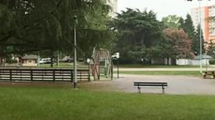 Praça do bairro Saragosse, em Pau, onde um grupo de jovens espancou um homem até a morte na sexta-feira