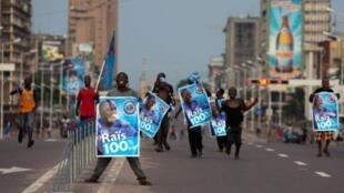 Des supporters du président sortant Joseph Kabila fêtent la victoire de leur candidat dont la réélection vient d'être annoncée, le 9 décembre 2011.