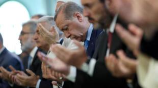 O presidente turco, Recep Tayyip Erdogan, numa cerimónia de homenagem às vítimas mortais do golpe de Estado de 15 de Julho de 2016.
