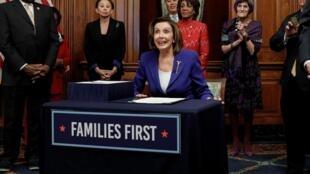 La cheffe des démocrates à la Chambre des représentants Nancy Pelosi à Washington le 27 mars 2020.