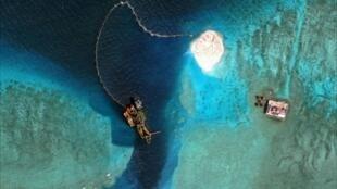 Ảnh chụp vệ tinh ngày 08/04/2015 cho thấy các hoạt động bồi đắp một đảo nhỏ và phát triển một cảng nhân tạo tại những bãi rạn san hô của Trung Quốc trên quần đảo Trường Sa, Biển Đông.