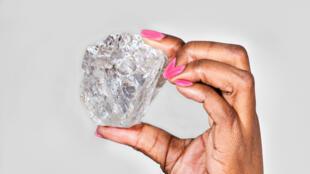 C'est le plus gros diamant jamais découvert au Botswana.  Il mesure 65mm x 56mm x 40mm.
