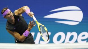 L'Espagnol Rafael Nadal sert lors du match de quart de finale de l'US Open 2019 contre l'Argentin Diego Schwartzman.