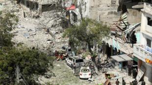 Les forces de sécurité sur les lieux d'une attaque à la voiture piégée dans le quartier des affaires de Mogadiscio, le 28 février 2019.