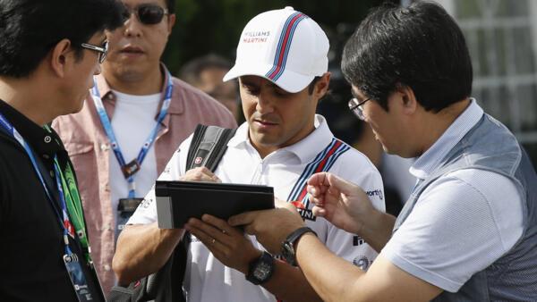 Felipe Massa assina autógrafos no circuito de Suzuka, neste sábado, 4 de outubro de 2014.
