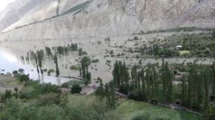 Kauyen Badswat da ke fuskantar nutsewa cikin ambaliyar ruwa,  sakamakon narkewar katafariyar kankarar lardin Gilgit-Baltistan a kasar Pakistan. 27 ga watan Yuli, 2018.