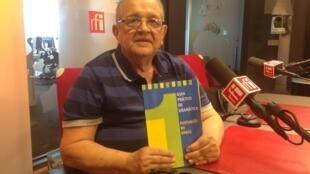O professor Lamartine Bião ensina português a estrangeiros há quase 50 anos.