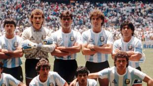 Jose Luis «Tata» Brown (au centre) avec l'équipe d'Argentine de Diego Maradona (à droite), lors de la Coupe du monde 1986.