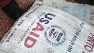 De la nourriture provenant de USAID est distribuée dans un camp de réfugiés, en République démocratique du Congo.