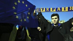 Biểu tình tỏ đoàn kết với người dân Ukraina tại Vacxava, ngày 23/02/2014.