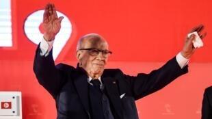 Le président tunisien Beji Caid Essebsi salue ses supporters à l'ouverture du congrès de son parti Nidaa Tounes, le 6 avril, à Monastir.