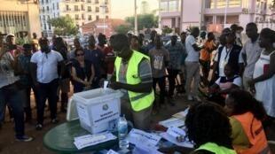Immédiatement après le vote vient l'heure du dépouillement à Bissau, le 24 novembre 2019, sous l'oeil attentif des observateurs et des citoyens.