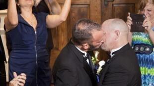 Deux Américains, homosexuels, lors de leur mariage le 6 janvier 2015 en Floride, Etats-Unis.