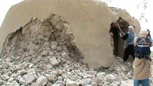Capture d'écran d'une vidéo montrant des islamistes détruisant un mausolée à Tombouctou, en juillet 2012.