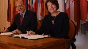 Генеральный секретарь ОЭСР и посол Панамы во Франции на церемонии подписания.