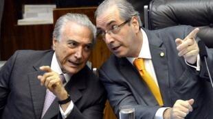 O Presidente do Brasil, Michel Temer (esquerda), com o antigo deputado Eduardo Cunha (direita), que está no centro do escândalo revelado na quinta-feira 18 de Maio.