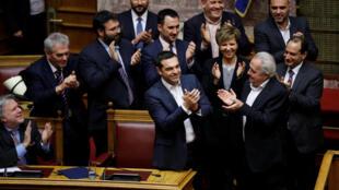 Алексис Ципрас принимает поздравления после вотума доверия парламента Греции, 16 января 2018.