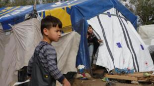 Mulheres e crianças representam metade dos refugiados que vivem em precários acampamentos de migrantes da Grécia.