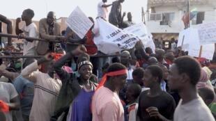 Manifestation, à Dakar, au Sénégal au cours de laquelle les riverains du TER demandent la libération de terrains pour pouvoir y reconstruire leur maison, le 17 janvier 2020.