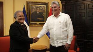Tổng thống El Salvador Sanchez Ceren (T) tiếp phó chủ tịch Cuba Miguel Diaz-Canel (P) tại phủ tổng thống Salvador, ngày 22/05/2015.