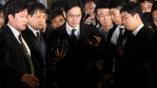 Ông Lee Jae-yong (G) ra khỏi tòa án ở Seoul, sau khi bị tư pháp quyết định tạm giam, ngày 17/02/2017