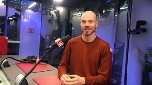 O bailarino e coreógrafo Volmir Cordeiro estreia seu novo espetáculo, Trottoir, no dia 10 de dezembro de 2019.