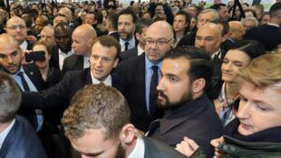 Emmanuel Macron e Alexandre Benalla no Salão de Agricultura de Paris.