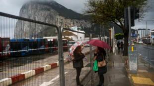 Mulheres conversam em Gibraltar, território do Reino Unido reivindicado historicamente pela Espanha, em 22 de novembro de 2018.