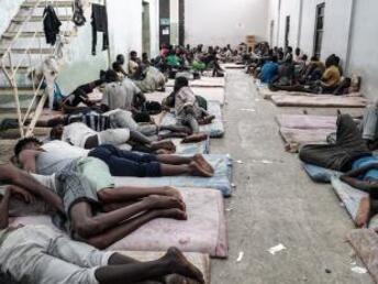 Taha JAWASHI / AFP |Migrants clandestins dans un centre de rétention à Zawiyah, à 45 km à l'ouest de Tripoli en Libye, le 17 juin 2017.