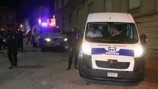 La policía se lleva a los enfermeros, este 18 de marzo de 2012.