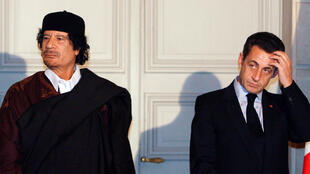 Tổng thống Pháp Nicolas Sarkozy (P) và lãnh đạo Libya Muammar Gaddafi, chứng kiến việc ký kết các hợp đồng kinh tế, tại điện Elysee, Paris, ngày 10/12/2007
