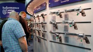 Estande de venda de armamento nos EUA, onde a Constituição protege os cidadãos que querem ter armas para se defender.