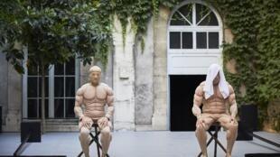 """Cena do espetáculo """"Esplendor e Dismorfia"""" exibido no Festival de Avignon de 2019."""