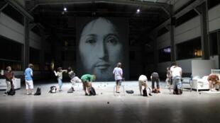 Cena final inclui nove crianças jogando falsas granadas na imagem de Cristo.