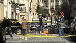 Les équipes scientifiques de la police judiciaire sur les lieux de l'explosion, devant l'ambassade d'Indonésie à Paris, rue Cortambert dans le XVIe arrondissement.