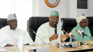 Farfesa Mahmud Yakubu shugaban hukumar zaben Najeriya INEC tare da wasu jami'an hukumar.