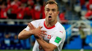 Футболист сборной Сербии Джердан Шакири на матче против Сербии скрестил руки. Его жест напомнил орла с флага Албании