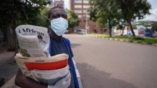 Vendredi soir, Paul Kagamé s'est adressé aux Rwandais. Le pays comptait alors 54 cas confirmés de coronavirus (photo d'illustration: vendeur de rue, Kigali le 22 mars 2020).