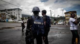 Des policiers camerounais en patrouille dans la ville de Buea, dans le sud-ouest du Cameroun.