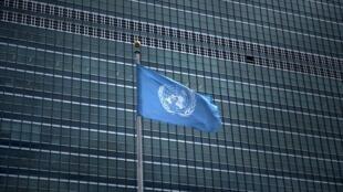 Флаг ООН перед зднием в Нью-Йорке.