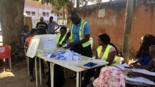 Les opérations de dépouillement, comme le vote, se sont déroulées le plus souvent en plein air.