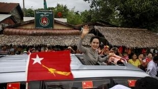 Bà Aung San Suu Kyi đến với cử tri tại một thị trấn ngoại ô Rangoon, 21/09/2015.