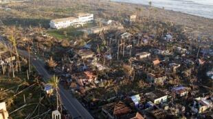 Vue d'une ville côtière du sud des Philippines dévastée par le typhon Bopha, le 11 décembre 2012.
