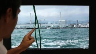 Un especialista del Instituto de Tecnología y Ciencias Subaquáticas de Tokio muestra donde se vierte el agua radiactiva.