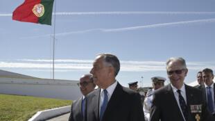 Marcelo Rebelo de Sousa, acompanhado pelo ministro português da Defesa e pelo presidente da Liga dos Combatentes.