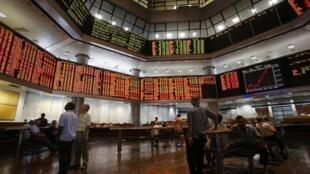 Des agents de change surveillent les cours de la Bourse de Kuala Lumpur, en Malaysie, le 16 août 2013.