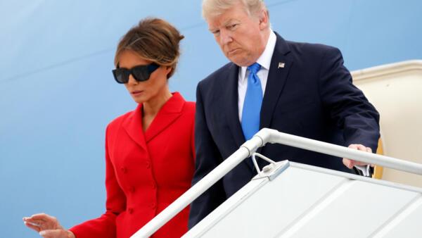 O presidente americano, Donald Trump, e sua esposa, Melania Trump, ao pousar no aeroporto parisiense de Orly na manhã desta quinta-feira (13).