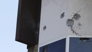Impactos de balas na faixada do Hotel Radisson, depois de confrontos entre milícias na última semana em Tripoli.