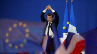 Кандидат в президенты Франции Эмманюэль Макрон выступает перед своими сторонниками в Париже, 23 апреля 2017 г.