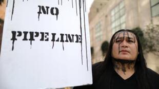 Un manifestant proteste contre la décision du président américain Donald Trump de relancer le projet de construcion de l'oléoduc Keystone XL, le 10 mars 2017 à Washington.